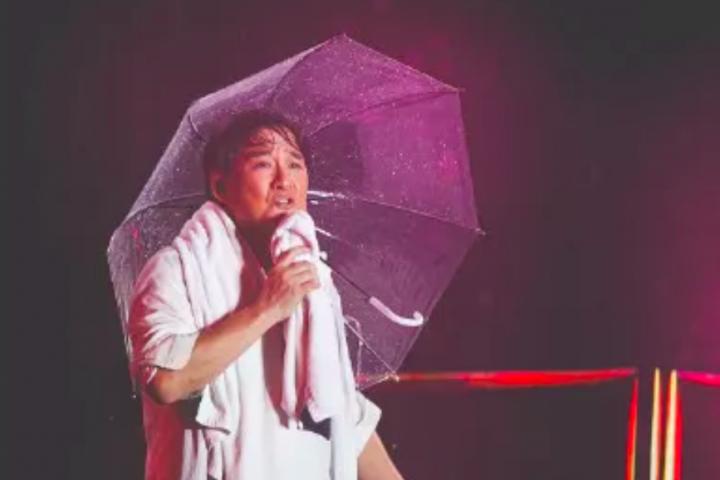 周华健商演顶着暴雨连唱10首,这样的歌手实在太敬业