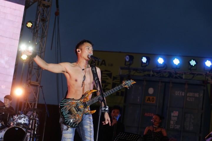 谢霆锋演唱会现场直播脱衣服,19年了他还是和年轻时一样热血…