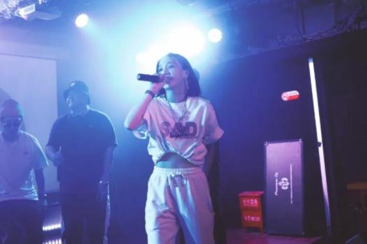 《新说唱》里宠成宝的女Rapper,到偶像节目却被喷出翔?