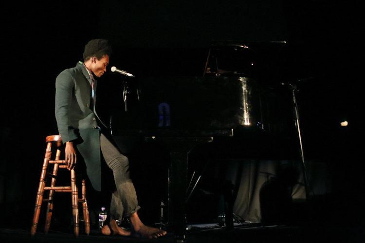 这个光脚弹琴的黑人,不仅震惊世界乐坛,还被称为英国未来之声