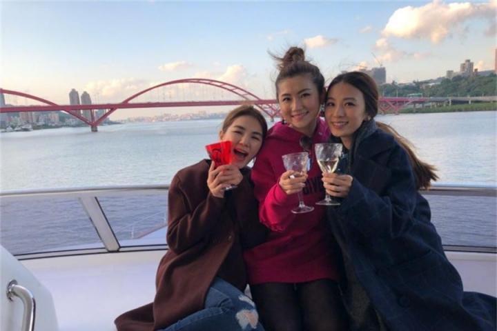友情万岁,SHE三姐妹同框合影为Selina庆生